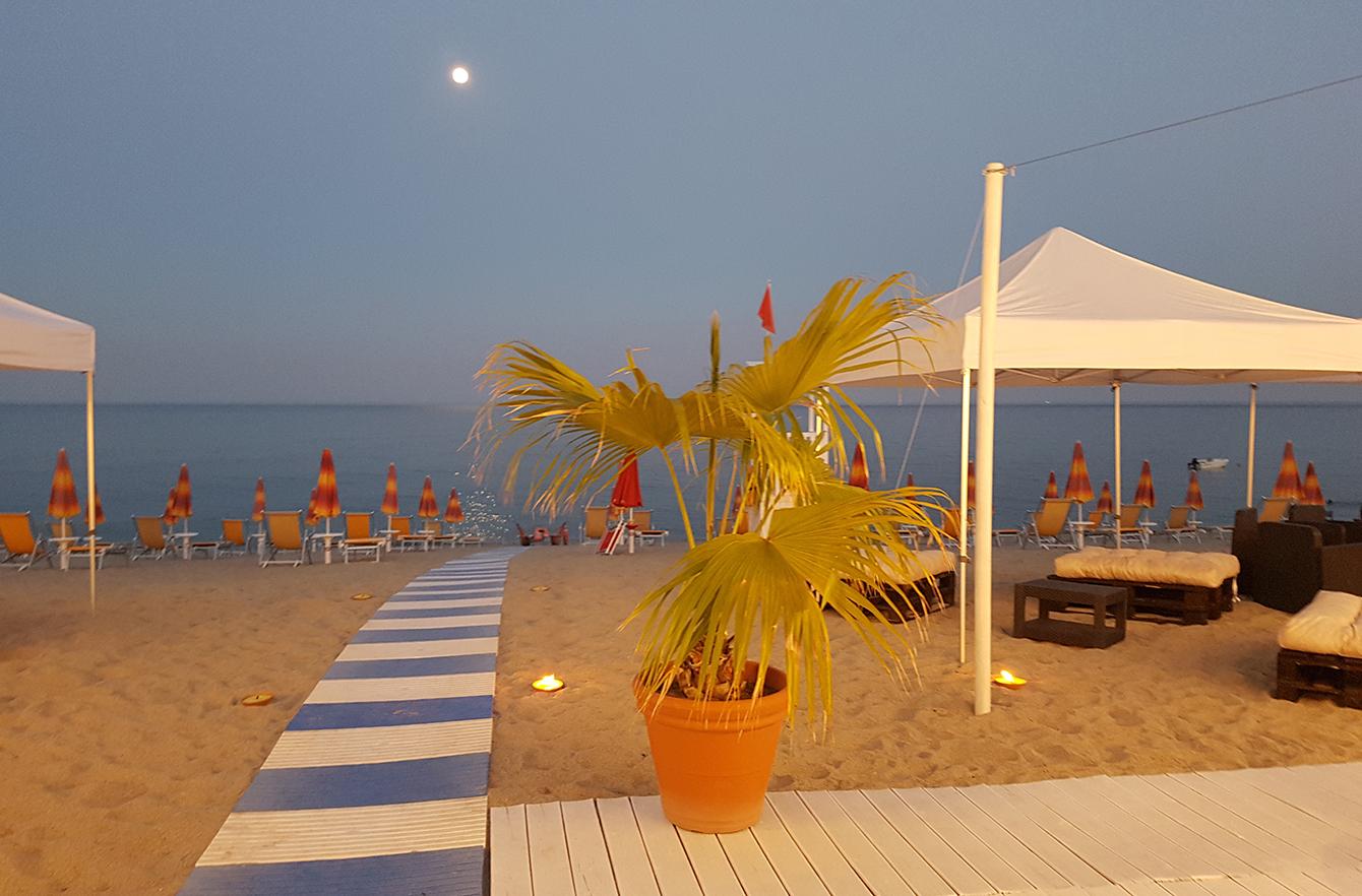 spiaggia con sedute serale mod 1340x882